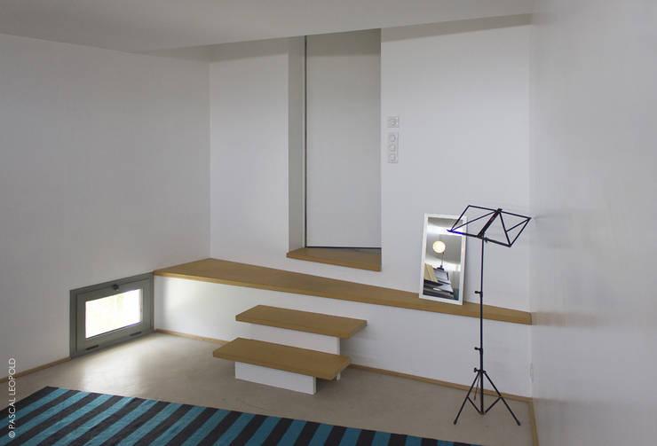 entrée salle de musique: Maisons de style  par Jean-Charles CASTRIC - architecte D.P.L.G.