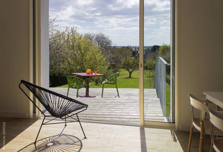 accès terrasse: Maisons de style  par Jean-Charles CASTRIC - architecte D.P.L.G.