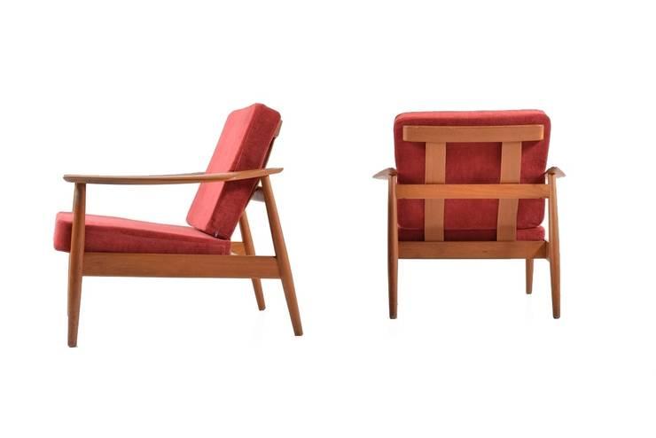 Pair of Arne Vodder Easychairs: skandinavische Wohnzimmer von Room of Art