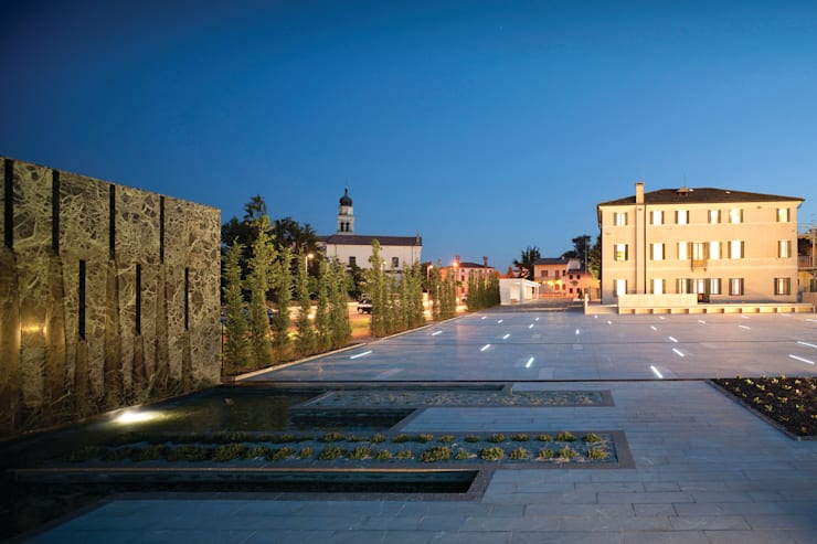 Open public place in Povegliano (TV):  in stile  di MICROSCAPE architecture_urban design AA,