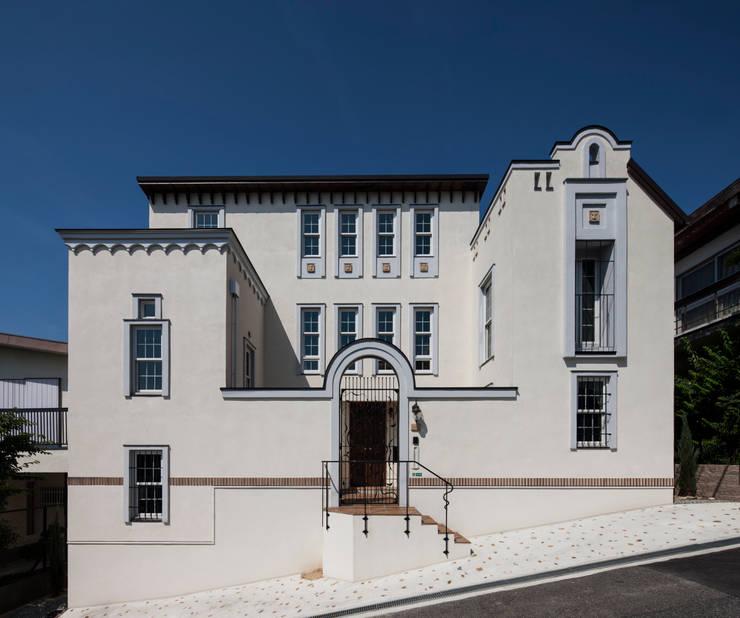 苦楽園のA邸 外観全景: 一粒社ヴォーリズ建築事務所が手掛けた家です。,クラシック