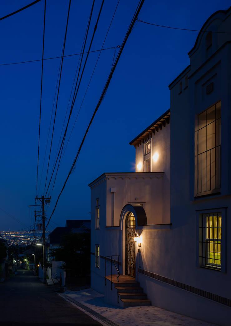 苦楽園のA邸 夜景: 一粒社ヴォーリズ建築事務所が手掛けた家です。,クラシック