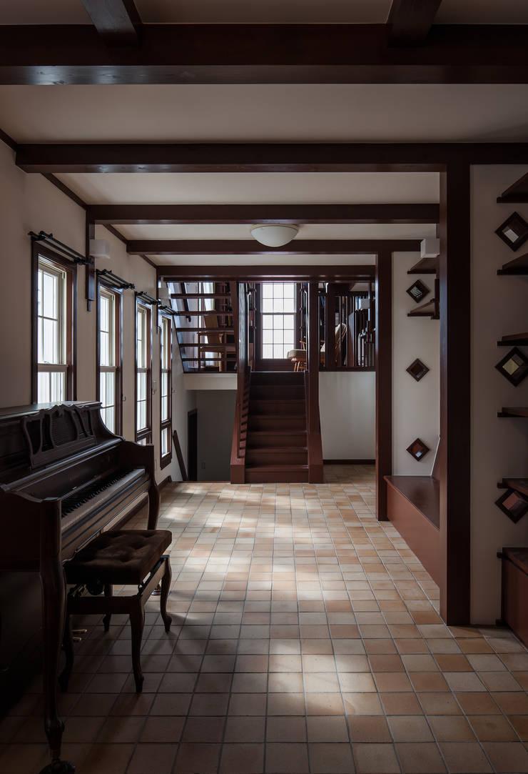 苦楽園のA邸 内部リビング: 一粒社ヴォーリズ建築事務所が手掛けたリビングです。,クラシック