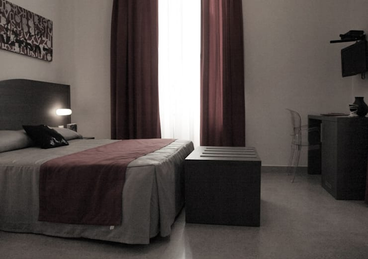 Camera Bed and breakfat: Hotel in stile  di Designer1995  Live Work Design