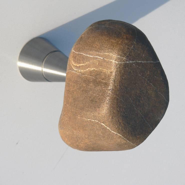 STONES, appendiabiti da parete: Ingresso, Corridoio & Scale in stile  di Insilvis Divergent Thinking
