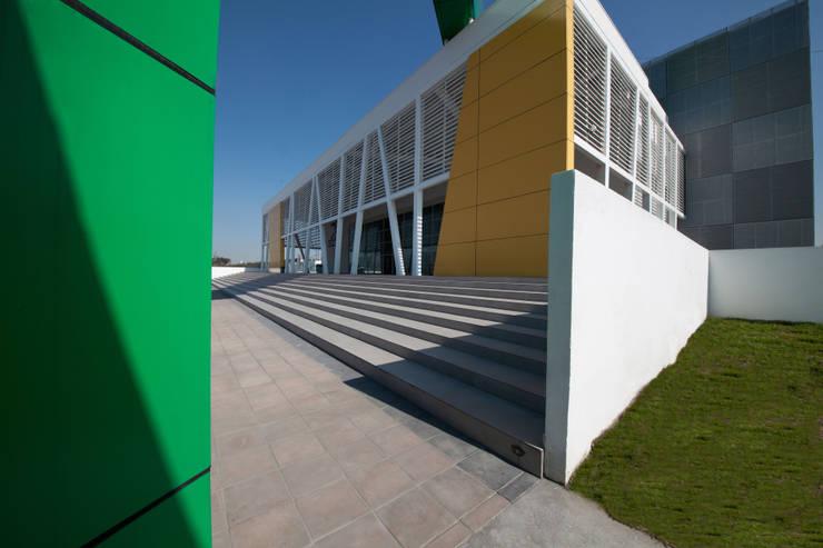 Gimnasio Nuevo León Unido : Gimnasios de estilo  por Arq. Bernardo Hinojosa