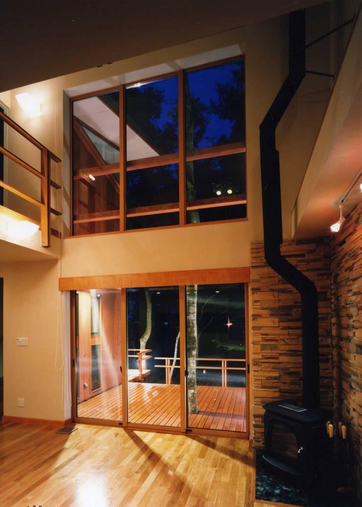 居間: PAPA COMPANY ARCHITECTURAL WORKS. /パパカンパニー1級建築士事務所が手掛けたリビングです。,カントリー