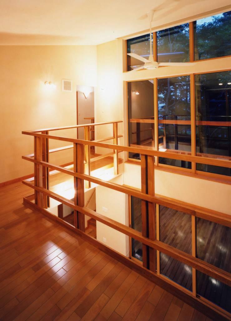 居間上部吹抜け: PAPA COMPANY ARCHITECTURAL WORKS. /パパカンパニー1級建築士事務所が手掛けた廊下 & 玄関です。