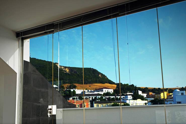 Casa Des-quadrada:  de estilo  de Carquero Arquitectura
