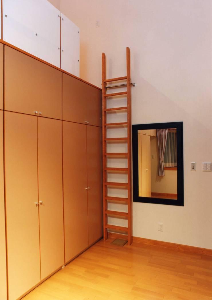 高天井の衣装室: PAPA COMPANY ARCHITECTURAL WORKS. /パパカンパニー1級建築士事務所が手掛けたウォークインクローゼットです。