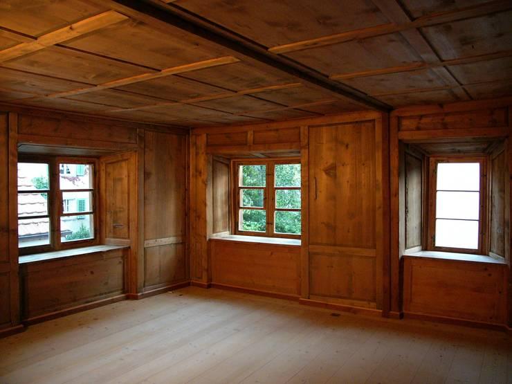 Alte Stube: rustikale Wohnzimmer von atelier-f ag