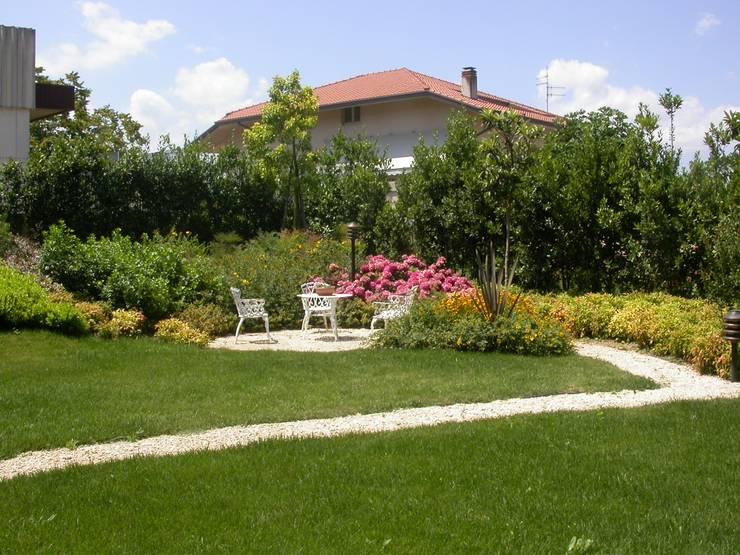 Giardino privato a Tollo (CH): Giardino in stile in stile Moderno di alessia brignardello