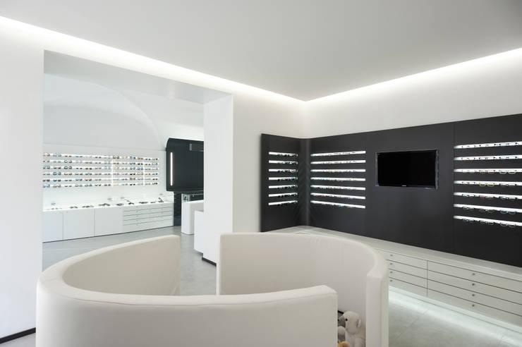 Ottica Service Sarzana 2012: Spazi commerciali in stile  di Francesco Mottini Architetto