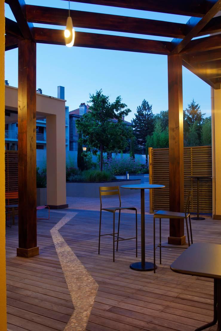 Aix en Provence – <q>Dedans-Dehors</q>: Hôtels de style  par ICOM ARCHITECTURE