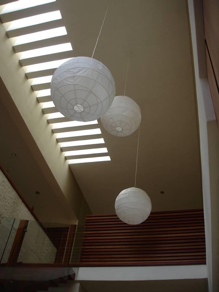 VESTIBULO: Vestíbulos, pasillos y escaleras de estilo  por axg arquitectos