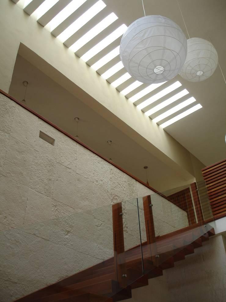 ESCALERA: Vestíbulos, pasillos y escaleras de estilo  por axg arquitectos