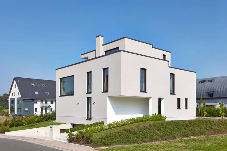 Einfamilienhaus in Niedrigenergiebauweise:  Häuser von Bruck + Weckerle Architekten