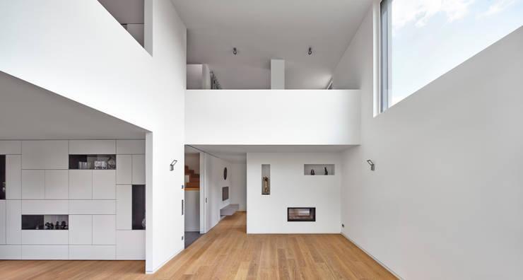 Einfamilienhaus in Niedrigenergiebauweise:  Wohnzimmer von Bruck + Weckerle Architekten