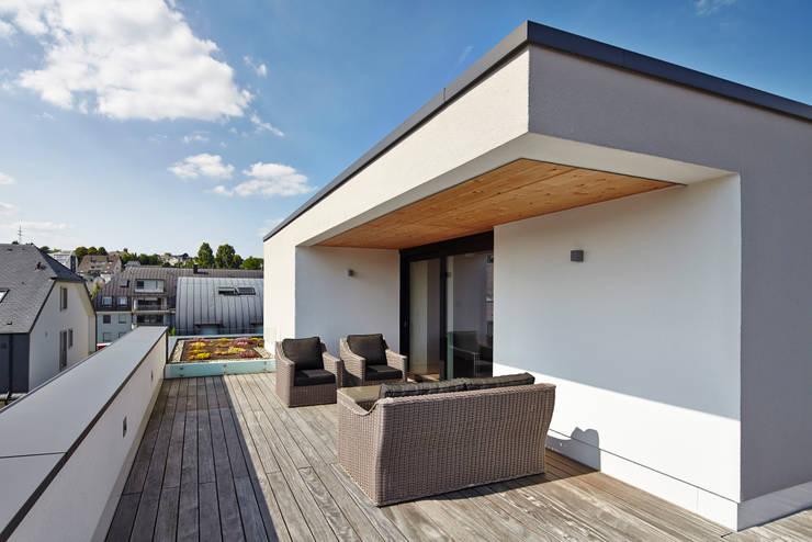 Einfamilienhaus in Niedrigenergiebauweise:  Terrasse von Bruck + Weckerle Architekten