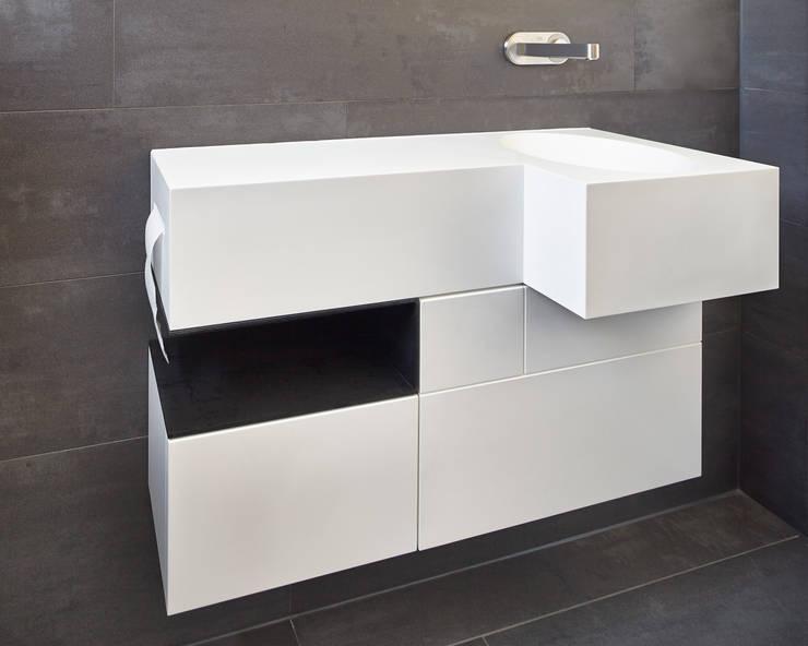 Einfamilienhaus in Niedrigenergiebauweise:  Badezimmer von Bruck + Weckerle Architekten