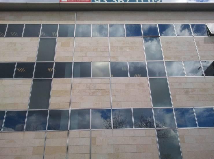 Detalle fachada: Edificios de oficinas de estilo  de BARCELONA ARQUITECTURA