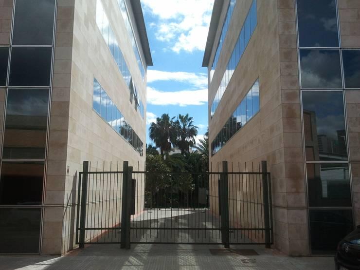 Vista acceso posterior: Edificios de oficinas de estilo  de BARCELONA ARQUITECTURA