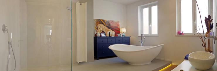 Casa A1: Bagno in stile  di Studio Associato 3813