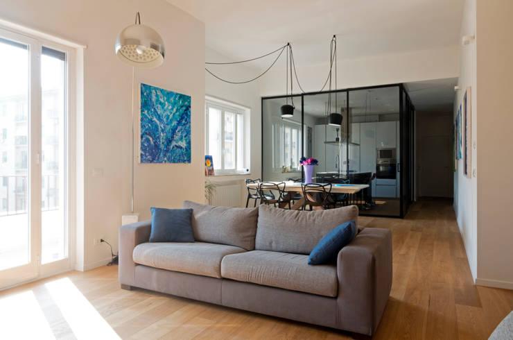 Casa A1: Soggiorno in stile  di Studio Associato 3813