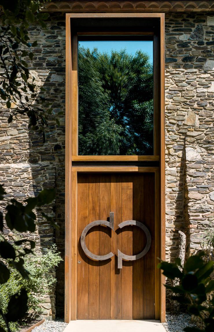 Villa CP: Ventanas de madera de estilo  de ZEST Architecture