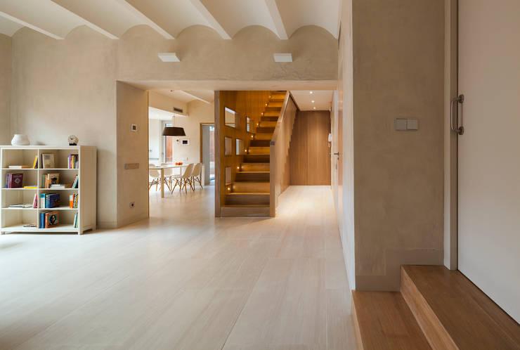 Dúplex en Gracia: Salones de estilo moderno de ZEST Architecture