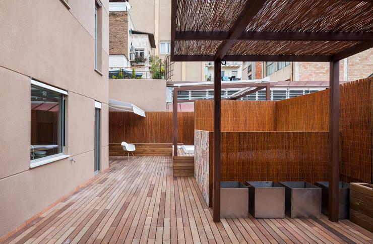 Dúplex en Gracia: Casas multifamiliares de estilo  de ZEST Architecture