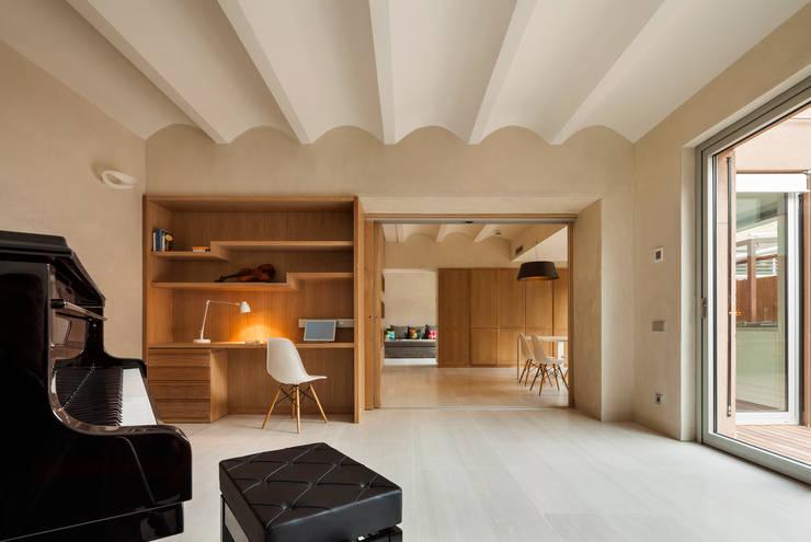 Dúplex en Gracia: Estudios y despachos de estilo moderno de ZEST Architecture