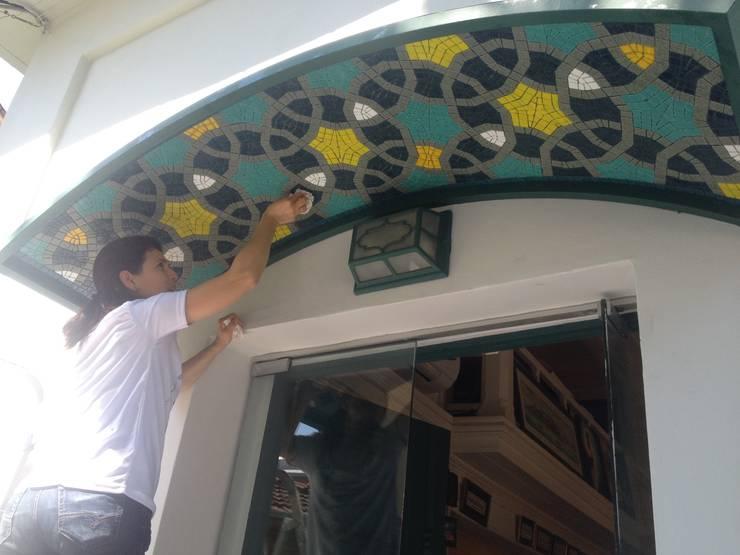 Mozaik Sanat Evi – Caferiye tekkesi <q>İstanbul Bir Masal</q> Mozaik Cephe projesi:  tarz Duvarlar