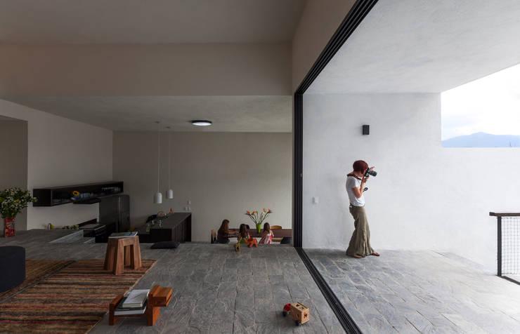 Casa con vista: Salas de estilo  por Dellekamp Arquitectos