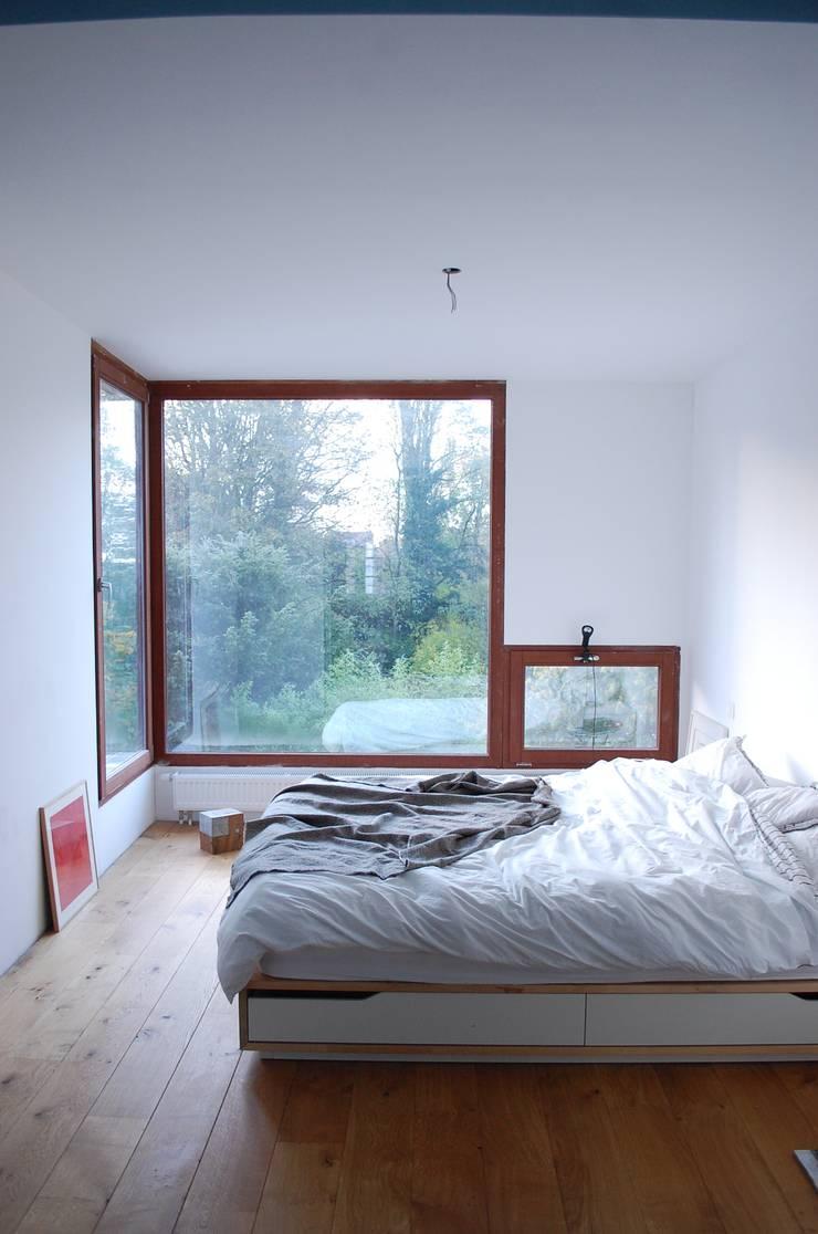 Extension en bois à Uccle: Maisons de style  par KARBON'
