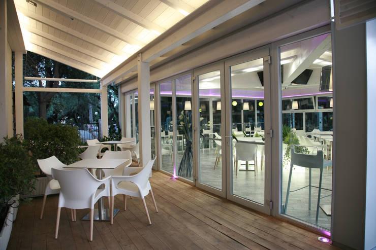 White Station: Negozi & Locali Commerciali in stile  di Vitalegno Sistema casa