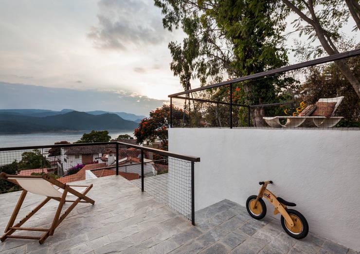 Casa con vista Balcones y terrazas minimalistas de Dellekamp Arquitectos Minimalista