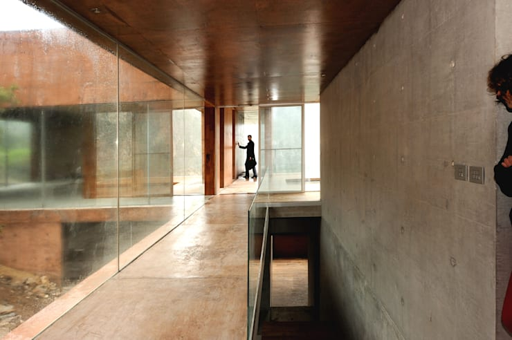 Pasillos y vestíbulos de estilo  de P+0 Arquitectura