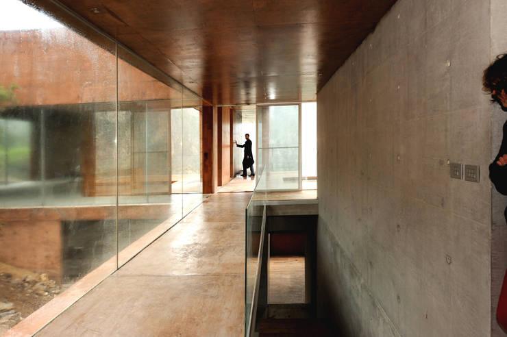 Ingresso & Corridoio in stile  di P+0 Arquitectura