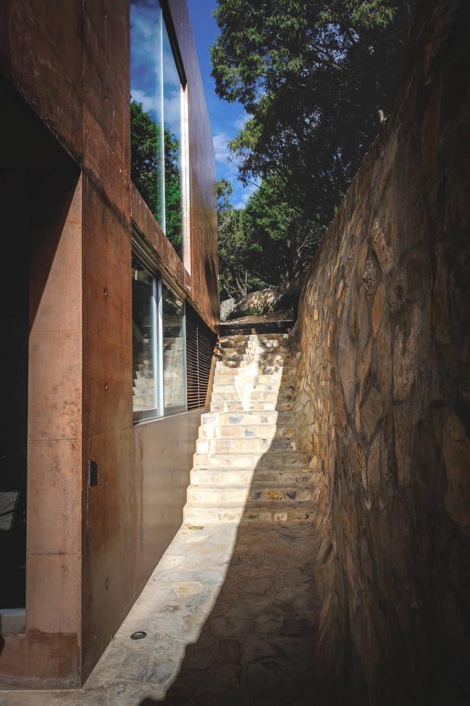 Casa Narigua : Pasillos y recibidores de estilo  por P+0 Arquitectura