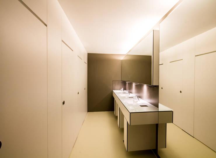 Modernisierung einer WC-Anlage in einer Landesgeschäftstelle einer Wohlfahrtsorganisation :  Bürogebäude von insa4 ingenieure  sachverständige  architekten