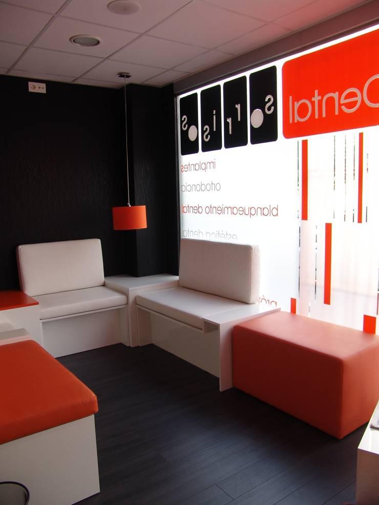 Sala de espera: Oficinas y Tiendas de estilo  de KM Arquitectos