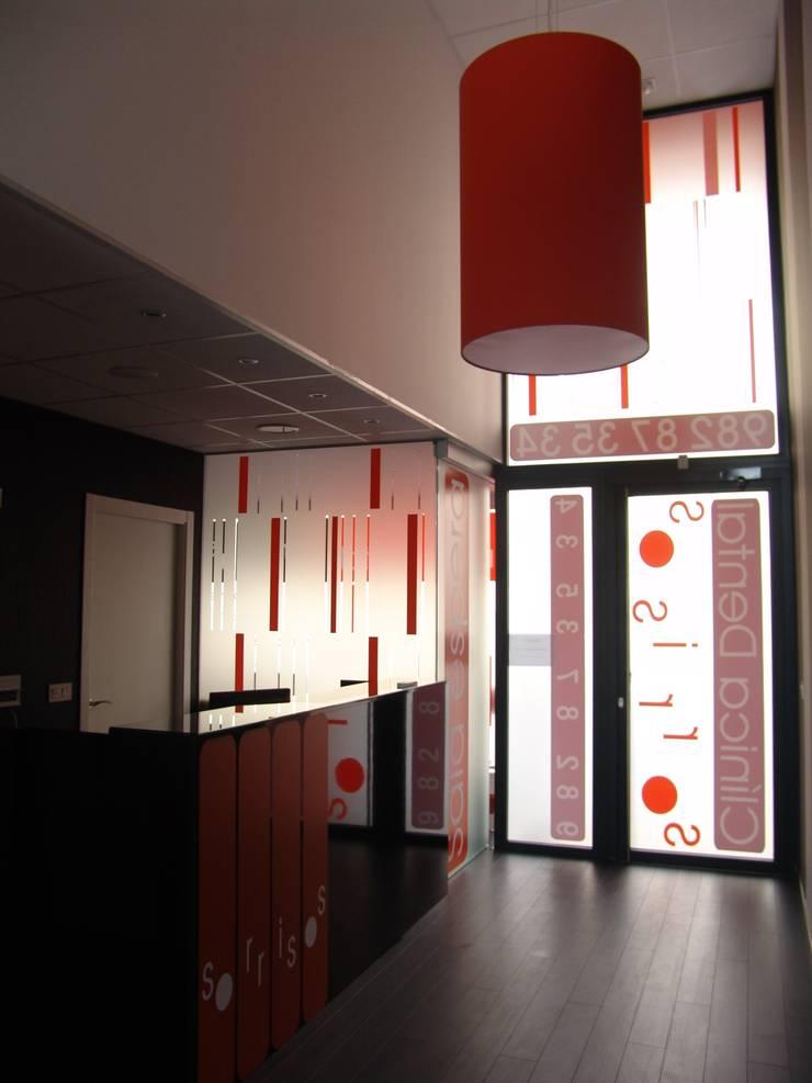 Acceso: Oficinas y Tiendas de estilo  de KM Arquitectos