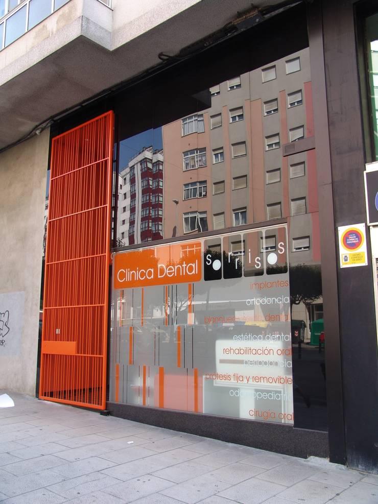 Fachada principal: Oficinas y Tiendas de estilo  de KM Arquitectos