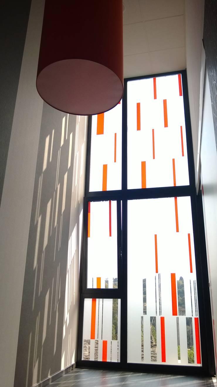 Distribuidor: Oficinas y Tiendas de estilo  de KM Arquitectos