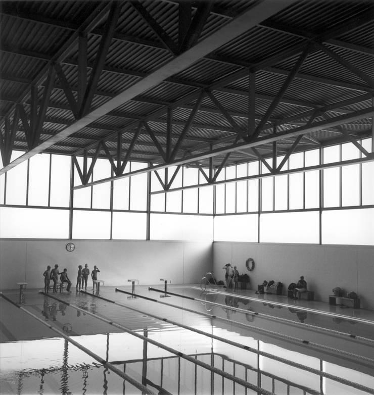 Centro Deportivo : Piscinas de estilo  de Estudio Maria Fraile