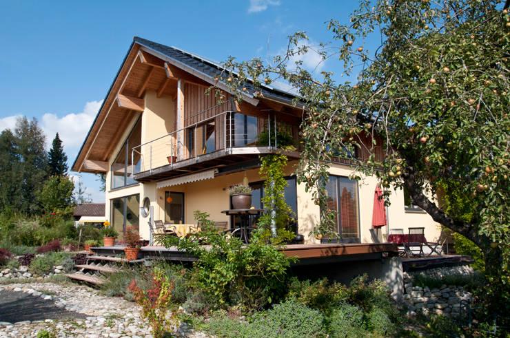 Projekty, eklektyczne Domy zaprojektowane przez BayernBlock - HultaHaus