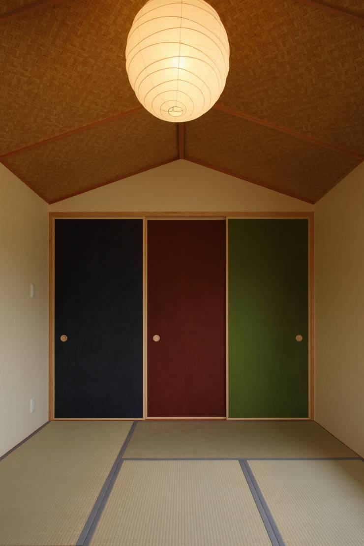 鶴居の家: 辻建築設計室が手掛けた壁です。