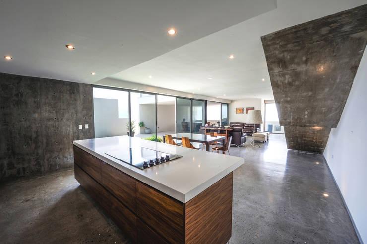 Casa IPE: Cocinas de estilo  por P+0 Arquitectura