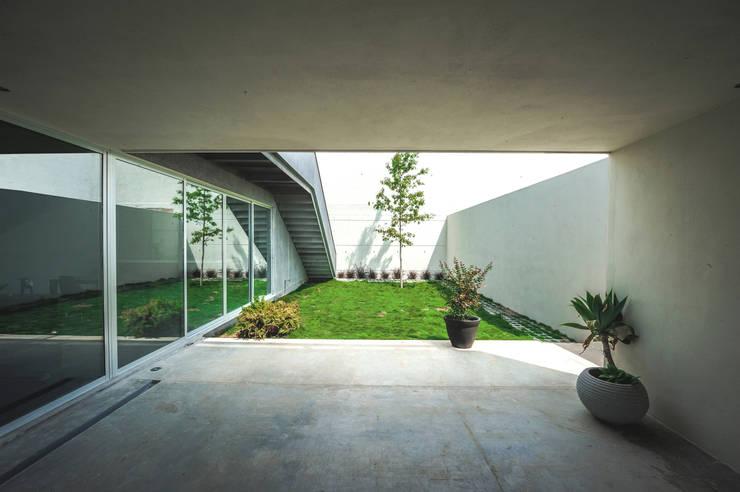 Jardines de estilo  por P+0 Arquitectura